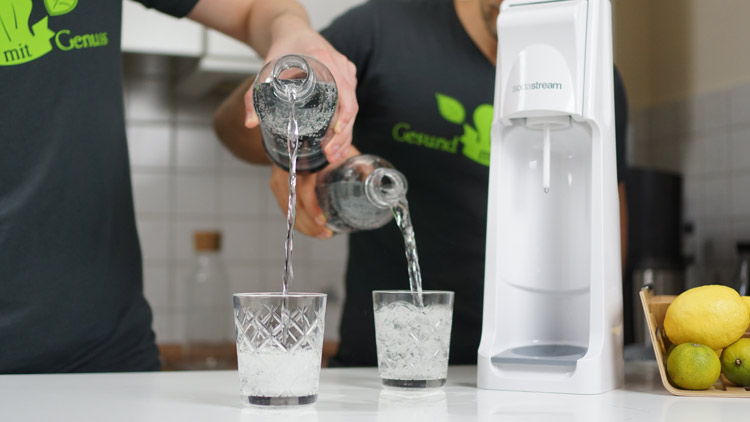 Aus Flaschen des Cool wird Wasser in Gläser geschenkt