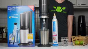 SodaStream Crystal 2.0 Beitragsbild - Lieferumfang & Glas Wasser