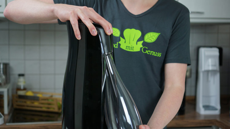 Flasche wird aus dem Ws 110 herausgeholt