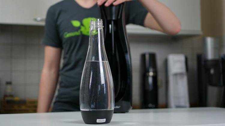 Flasche im Vordergrund mit dem Ws110 im Hintergrund