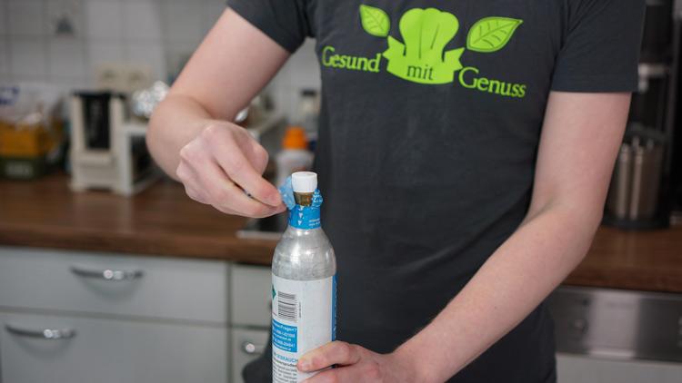 Co2 Zylinder von SodaStream wird geöffnet