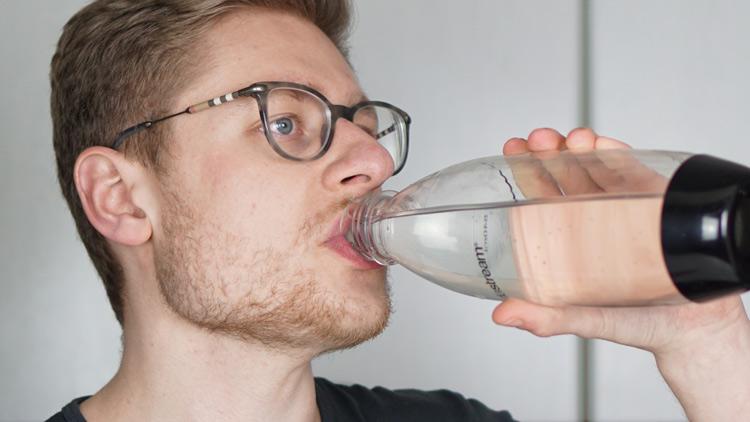 Wasser aus SodaStream Flasche trinken