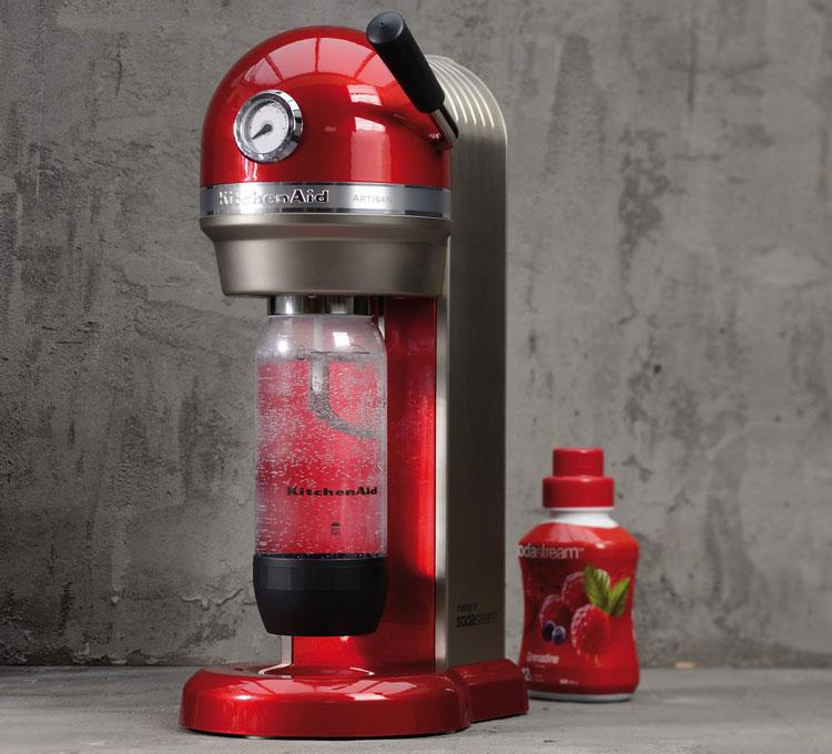 KitchenAid Wassersprudler in rot mit gesprudeltem Wasser
