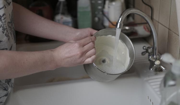 Herausnehmbarer Behälter wird ausgewaschen