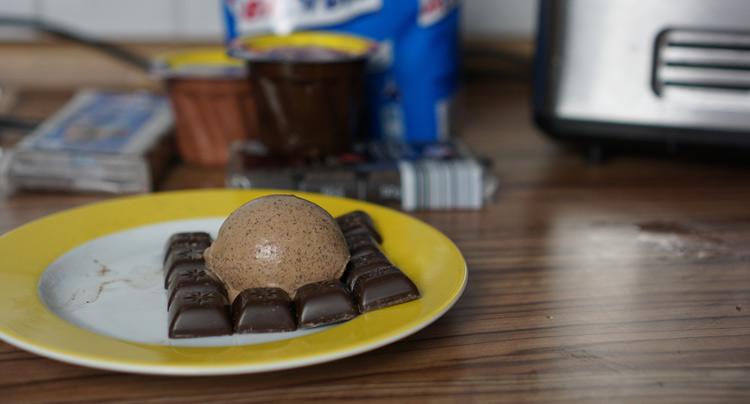 Schokoladeneis auf Teller