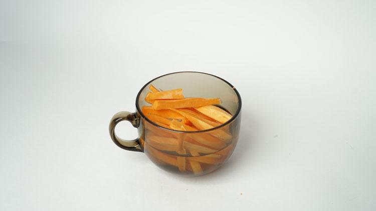 Suesskartoffelpommes im Wasser
