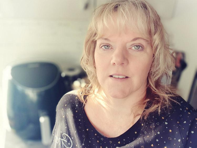 Susanne von sannes-block.de mit Ihrer Heißluftfritteuse