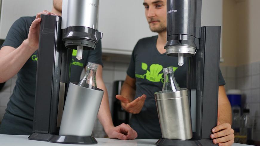 Zwei Wassersprudler mit Glasflaschen von SodaStream nebeneinander